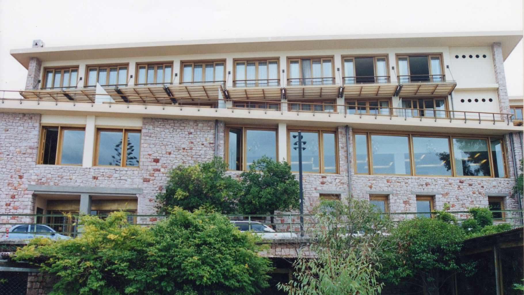 Όψη κτιρίου με παράθυρα και πέργκολες από μασίφ IROCO