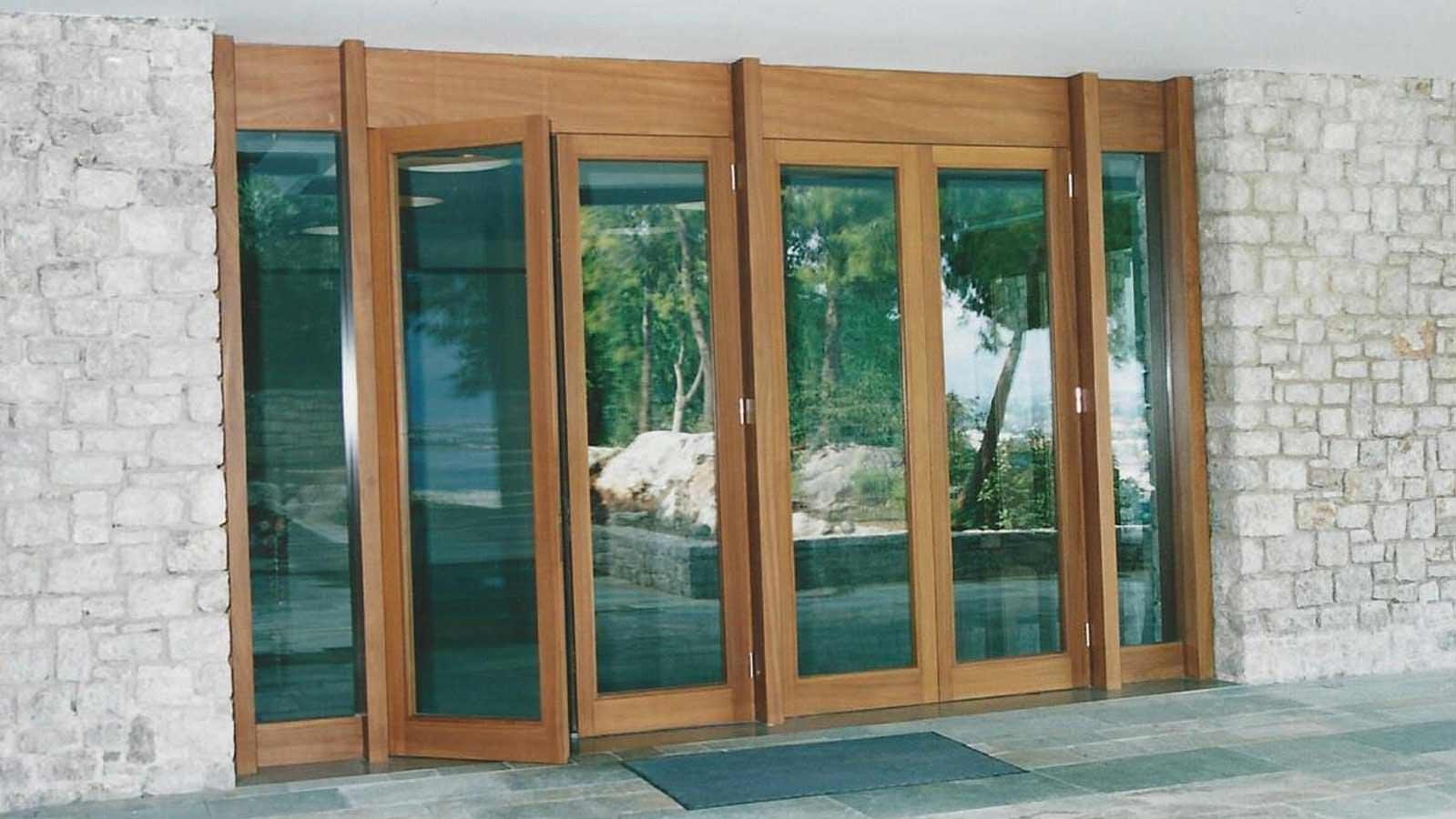 Εξωτερική ανοιγόμενη πόρτα IROCO μασίφ
