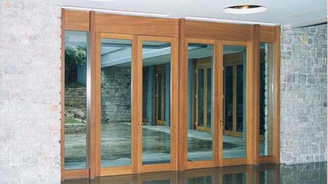 Ανοιγόμενη πόρτα από μασίφ ξύλο IROCO