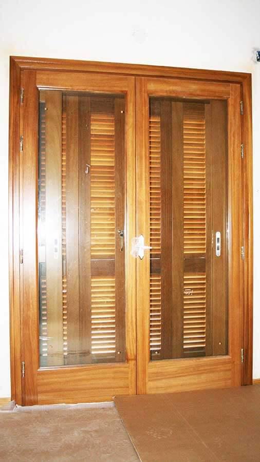 Εσωτερική όψη μπαλκονόπορτας από μασίφ ξύλο IROCO
