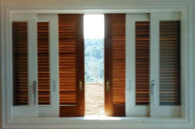 Δίφυλλο συρόμενο παράθυρο με τζάμι-σίτα-παντζούρια χωνεφτά από ξύλο IROCO